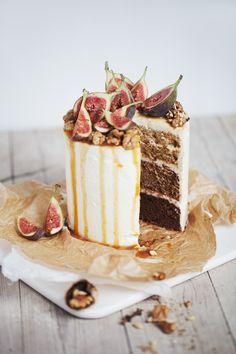 ombre walnut cake with figs, caramel and coatcheese and mascarpone. Rezept für eine ombre Walnuß Torte mit Ziegenfrischkäse- Mascarpone Frosting. Karamellsoße ist natürlch auch dabei!