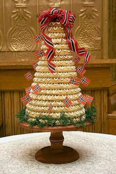 Norwegian wedding cake (Kransekake), I make this for Christmas decorating it with traditional Christmas colors. Norwegian Cuisine, Norwegian Style, Norwegian Food, Norwegian Recipes, Nordic Style, Scandinavian Food, Scandinavian Christmas, Formation Patisserie, Norway Food