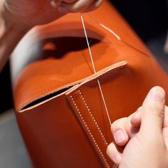 Learn more about how Sewing Leather Bags from from the beginning until end of the process - Discover tips and tricks to make a quality leather bag. Leather Bag Tutorial, Leather Bag Pattern, Sewing Leather, Stitching Leather, Leather Pouch, Leather Tooling, Leather Craft, Couture Cuir, Crea Cuir