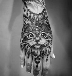Tattoo Hand Katze Cat Fingertattoo