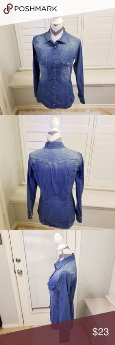 ZARA Basic Chambray Denim Button Down The 1975 Denim Button Down from ZARA. It has lovely white snaps. This is a great basic to own. Gently used. US M. 98% Cotton 2% Elastine. Runs small for a fitted look. 2 pockets with one button each. Zara Tops Button Down Shirts