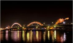 dragon bridge - Situé à Da Nang au Vietnam ce pont de 670m de long et de 40m de large, pour accueillir 6 voies de trafic, est soutenu par une structure métalique en forme de dragon équipée de 15 000 LED qui lui permettent de changer de couleur mais surtout la tête du dragon est capable de cracher des boules de feu.