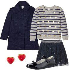 Outfit elegante, composto da cappotto blu abbinato ad un maglione grigio a righe blu e pois dorati e ad una gonna blu a pois, ballerine blu con fiocco. A completare l'outfit: orecchini a cuore rossi.