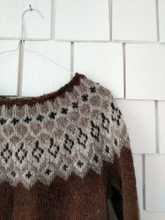 Hello :) I wanted to share a few pictures of the latest Pangur Bán sweater. Knitting Designs, Knitting Patterns, Knitting Projects, Hand Knitted Sweaters, Wool Sweaters, Fair Isle Knitting, Hand Knitting, Teddy Lupin, Icelandic Sweaters