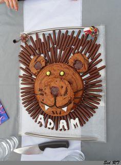 DIY Gâteau tête de Lion (pour les 3 ans de mon loulou) : deux gâteaux marbrés, des batonnets chocolats, des mikados, des dragibus jaunes, du réglisse, du caramel fondu et de la pâte à sucre blanche.