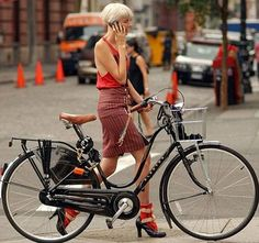 Agyness Deyn with her Electra.  In heels no less!