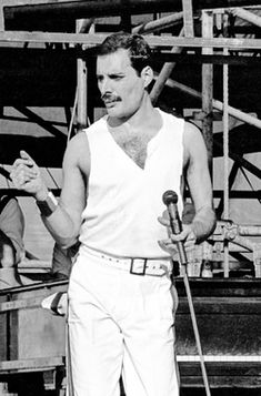 Freddie Mercury lead singer Queen in concert at Slane Castle, Slane Stock Photo, Royalty Free . Queen Freddie Mercury, Freddie Mercury Quotes, John Deacon, Great Bands, Cool Bands, Bryan May, Freddie Mercuri, Mr Fahrenheit, King Of Queens
