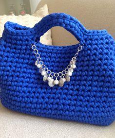 Borsa fettuccia blu elettrico Crocheted Bags, Blue Bags, Handmade Bags, Club, Handbags, Purses, Knitting, Fashion, Crochet Pouch