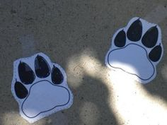 Print and then cut out lion tracks and place them on the sidewalk leading to the party area.