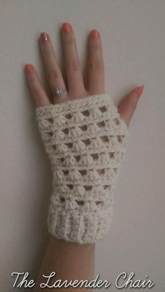 Favorite Crochet Ideas Lazy Daisy Fingerless Gloves Crochet Pattern - The Lavender Chair - These Lazy Daisy Fingerless Gloves are so elegant. They are the perfect accesory to complete any outfit. Get the free crochet pattern here! Fingerless Gloves Crochet Pattern, Fingerless Mittens, Crochet Scarves, Crochet Clothes, Crochet Crafts, Crochet Projects, Crochet Hand Warmers, Mode Crochet, Crochet Daisy