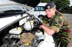 Nido militare Se i pompieri salvano i gattini, ai militari (almeno questi in foto) toccherà salvare degli uccellini. Una bella famiglia ha infatti scelto di realizzare il proprio nido all'interno di un furgone militare.