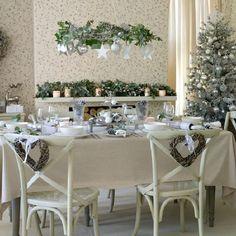 weiße-Weihnachtsdeko-Ideen-kronleuchter-weihnachtsbaumschmuck