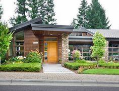 Zewnętrze domu amerykańskiego - zobacz jak wygląda typowy dom z USA i zainspiruj się! Nowoczesny dom z USA również jest bardzo inspirujący! Elewacja z kamienia, drewna, efektowne wejście - zapraszam do wpisu na blogu u Pani Dyrektor.