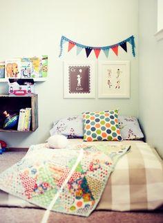 Cama no chão no quarto dos pequenos