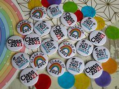 🌈 Class of 2021 Badges - great little student keepsakes! #classof2021 #schoolleaver #classof21 #GCSE #Alevels #studentkeepsake #year11 #year13 School Leavers, Custom Badges, Button Badge, Keepsakes, Student, Teaching, Souvenirs, Badge, Education