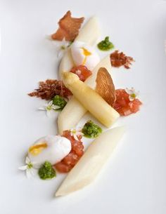 Asparagus - dried ham - tomato - pesto of wild garlic - lemon and pine nuts - poached egg Feel Good Food, I Love Food, Gourmet Recipes, Healthy Recipes, Gourmet Foods, Molecular Gastronomy, Food Design, Food Presentation, Food Plating