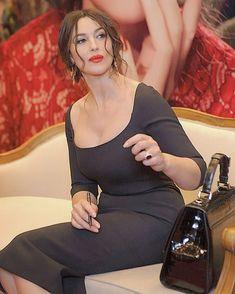 And there doesn't know how lucky it is. Monica Bellucci Young, Monica Belluci, Monica Bellucci Photo, Italian Women, Italian Beauty, Beautiful Girl Image, Beautiful Women, Cristina Hendricks, She's A Lady