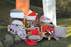 Chill out en la naturaleza. Cojines y fulares de flores. Frescura i tendencia unidos en un momento para el relax. Chill out in nature. Cushions and scarves flowers. Freshness i trend united in a moment to relax.