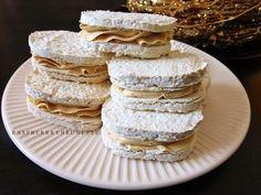 Pečiete, alebo stále váhate či sa vám laskonky vydaria? S týmto receptom už váhať nemusíte a určite ich vyskúšajte. Recept je jedno... Christmas Sweets, Christmas Baking, Czech Desserts, Czech Recipes, Xmas Cookies, Pavlova, Cookies Et Biscuits, Vanilla Cake, Baked Goods