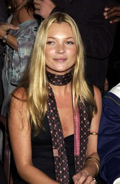 7 Ways to Tie a Scarf Like Kate Moss 2019 The Kate Moss guide to wearing scarves. The post 7 Ways to Tie a Scarf Like Kate Moss 2019 appeared first on Scarves Diy. Moss Fashion, Vogue Fashion, Fashion News, Style Fashion, Kate Moss Style, Skinny Scarves, Diy Scarf, How To Wear Scarves, Wearing Scarves