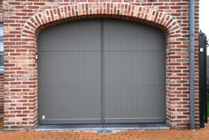 Pastorie sectionaalpoort in 3 panelen en voorzien van sierboog achter de gevelsteen New Adventures, Garages, Curb Appeal, Brick, Garage Doors, Shed, Exterior, Building, Outdoor Decor