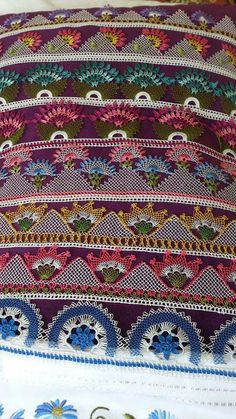 İğne oyası havlu kenar Needle Lace, Lace Making, Needlepoint, Bohemian Rug, Diy And Crafts, Projects To Try, Weaving, Blanket, Embroidery
