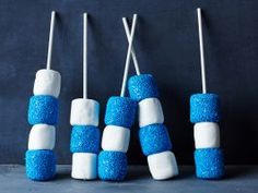 Indianapolis Colts : These blue-and-white marshmallow pops are easy to make. Brush large marshmallows lightly with water, then roll in round blue-candy sprinkles. When set, thread on lollipop sticks, alternating with plain marshmallows. Football Centerpieces, Candy Centerpieces, Quinceanera Centerpieces, Centerpiece Ideas, Wedding Centerpieces, St Jean Baptiste Quebec, Superbowl Desserts, Tailgating Recipes, Football Treats