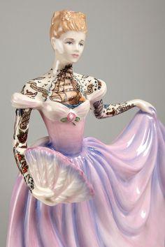 Des figurines de femmes en porcelaine tatouées