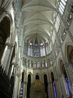 Cathédrale Notre-Dame d'Amiens est la plus vaste de France. Archétype du style gothique classique. Sa longueur hors œuvre est de 145 mètres et sa hauteur sous voûte de 42,30 mètres: proche du maximum supportable pour cette architecture.