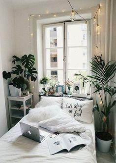 20 Small Bedroom Design Ideas You Must See Some people like a minimalist approach, while others have bedroom ideas that are quite extravagant. Take look the 20 Small Bedroom Design Ideas. Small Bedroom Designs, Narrow Bedroom Ideas, Small Room Design, Design Room, Bed Design, Home Design, Dream Rooms, Dream Bedroom, Pretty Bedroom