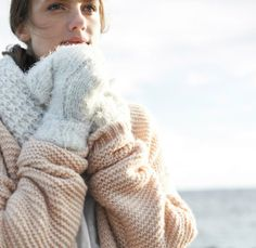 Winter pastels von OPUS Fashion, Frau mit rosa Strickjacke und weißen Handschuhen