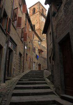 travelingcolors:    Per i vicoli del borgo, Anghiari   Italy(by Dancing Flowers by Gio')
