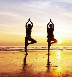 Ecco 5 posizioni yoga che vi aiuteranno a iniziare la giornata carichi di energia e di serenità