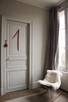 De un château en Deauville y una decoración très charmante Hotel In French, Howard Sofa, French Apartment, Wooden Ceilings, Neutral Color Scheme, Cozy Room, Handmade Furniture, Beautiful Space, Beautiful Interiors