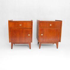 Komplet dwóch niemieckich szafek nocnych z lat 40-tych. Szafki wykonane z płyty z desek klejonych…