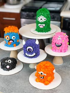 These mini monster cakes are simply adorable! They're made by stacking deliciously moist vanilla cupcakes with homemade buttercream frosting! Comida De Halloween Ideas, Pasteles Halloween, Tea Cakes, Mini Cakes, Cupcake Cakes, Monster 1st Birthdays, Monster Birthday Parties, Monster Birthday Cakes, Homemade Buttercream Frosting