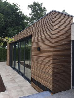 In a luxury house is a exclusive look. For this project Lieshout Tablazz not only earned the deck, but the siding. House Cladding, Timber Cladding, Exterior Cladding, Facade House, Wood Facade, Casas Containers, Container House Design, House Extensions, Ceiling Design
