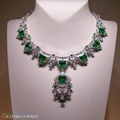 Spectacular emerald and diamond necklace from the Emeraude en Majesté collection by @vancleefarpels #vancleefonkaterinaperezcom #highjewellery  #EmeraudeenMajesté