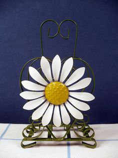 love this napkin holder Vintage Metal, Vintage Items, Retro Home, Party Accessories, Shabby Chic Decor, Vintage Kitchen, Tea Party, Daisy, Napkins