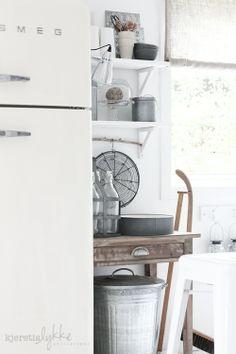 Witte Smeg koelkast gecombineerd met hout en zink.
