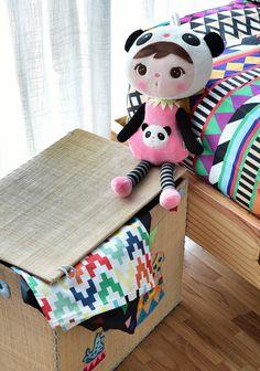 Este quarto descolado, cheio de @amomooui, foi projetado pela arquiteta @gabiworks para Sophia de 11 anos. A arquiteta resolveu seguir uma linha descolada e colorida, sem usar o tom rosa em excesso, para que o quarto seja atemporal e acompanhe o crescimento da Sophia. O destaque fica para a parede decorada com adesivos de corações pretos e a roupa de cama na estampa AFRICA. Cadeira, tapete, acessórios e bonecas da @mimootoysndolls finalizam os detalhes. #decoration #girlsroom #quartodemenina