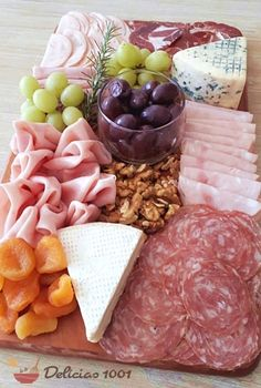 Charcuterie Recipes, Charcuterie And Cheese Board, Food Platters, Meat Cheese Platters, Comida Picnic, Plateau Charcuterie, Pink Dessert Tables, Holiday Party Appetizers, Wine And Cheese Party