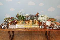 Para celebrar o batizado do nosso sobrinho, montamos uma mesa com comidinhas quentes e frias, pães,pratos deliciosos e doces assinadospelobuffetque amamos, Duas Gastronomia.