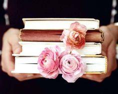 """""""Os poemas são pássaros que chegam não se sabe de onde e pousam no livro que lês. Quando fechas o livro, eles alçam voo como de um alçapão. Eles não têm pouso e nem porto; alimentam-se um instante em cada par de mãos e partem. E olhas, então, essas tuas mãos vazias, no maravilhado espanto de saberes que o alimento deles já estava em ti...""""  Mário Quintana"""