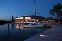 Das »Fritz«: coole Lage, moderne Architektur, aber schwankende Küchenleistung. Restaurant, Fritz, Sport, Catamaran, Sailboats, Sailing, Modern Architecture, Travel Report, Viajes