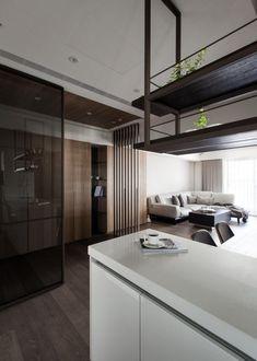 Parquet foncé, lambris bois et parement pierre dans un appartement moderne à Taïwan