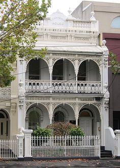 """Loch-Shin"" House - une maison de terrasse à Melbourne - Terrasse Victorian Architecture, Beautiful Architecture, Beautiful Buildings, Architecture Details, Beautiful Homes, Australian Architecture, Australian Homes, Victorian Terrace House, Victorian Homes"