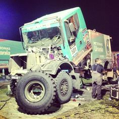 How big is the wheel of De Rooy's truck! #dakar2014