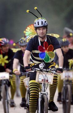 仏ワイン名産地で自転車レース、仮装姿の参加者多数