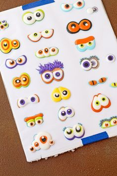 Use stickers to make Spooky Candy Eyes also known as Royal icing transfers or candy decorations. Theme Halloween, Halloween Cakes, Halloween Treats, Halloween Halloween, Fall Cookies, Iced Cookies, Cookies Et Biscuits, Royal Icing Templates, Royal Icing Transfers